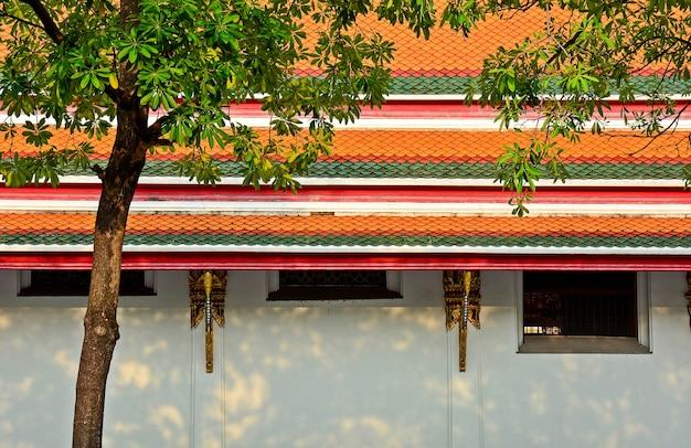 Fenêtres antiques et mur du temple à bangkok, thaïlande au moment du matin.