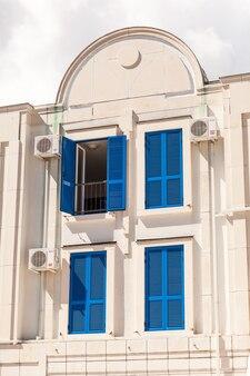 Fenêtres bleues traditionnelles au vieux bâtiment européen