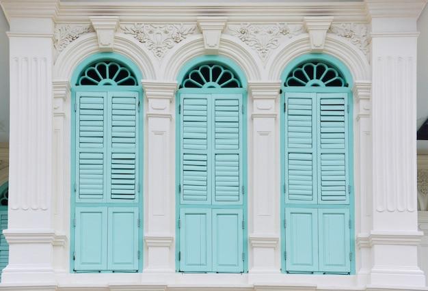 Fenêtres de couleur verte dans le style chino-portugais