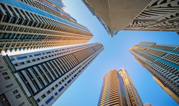 Fenêtres du bureau d'affaires de gratte-ciel, bâtiment corporatif