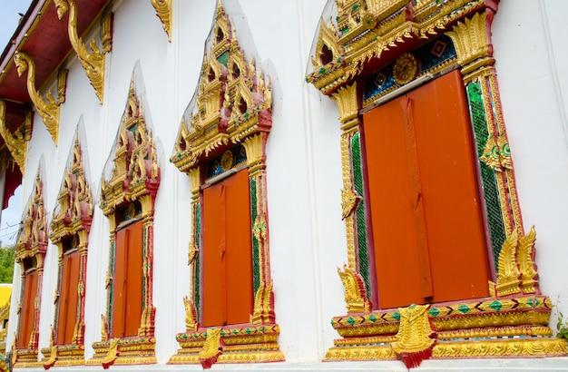 Fenêtres de l'église de bouddha en vue de côté