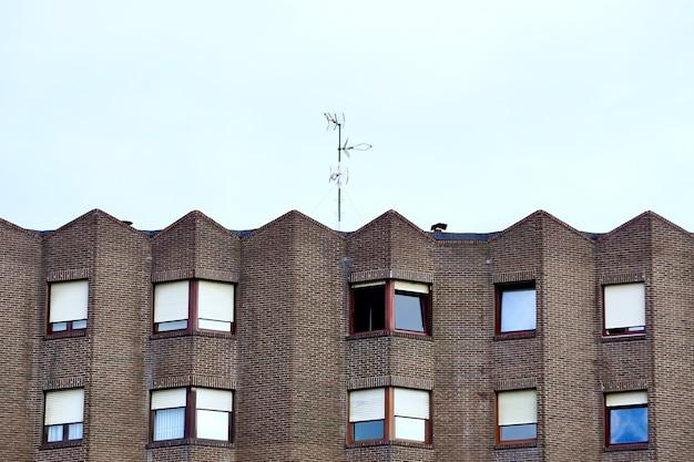 Fenêtres sur la façade du bâtiment, l'architecture de la ville de bilbao, espagne