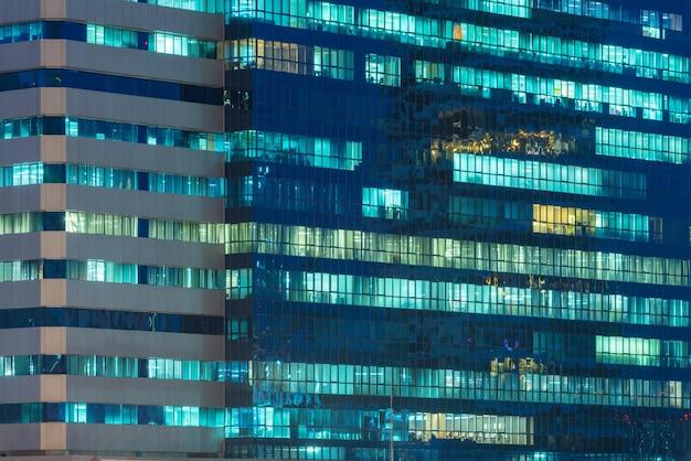 Fenêtres d'immeubles de bureaux illuminés la nuit