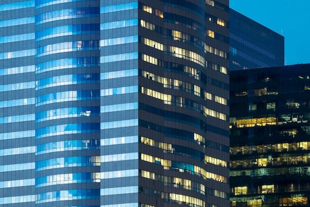 Fenêtres d'immeubles de bureaux illuminés