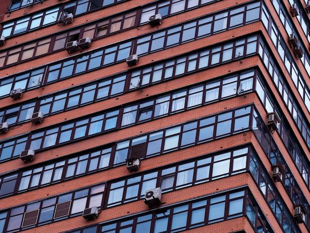 Fenêtres inclinées sur fond d'architecture de bâtiment à plusieurs étages
