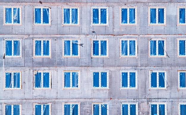 Fenêtres symétriques au fond de chantier hd