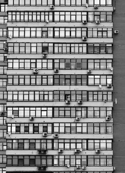 Fenêtres symétriques de la maison à plusieurs étages bcakground
