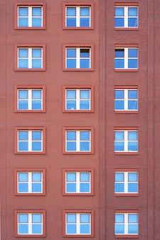 Fenêtres d'une texture de bâtiment en brique.