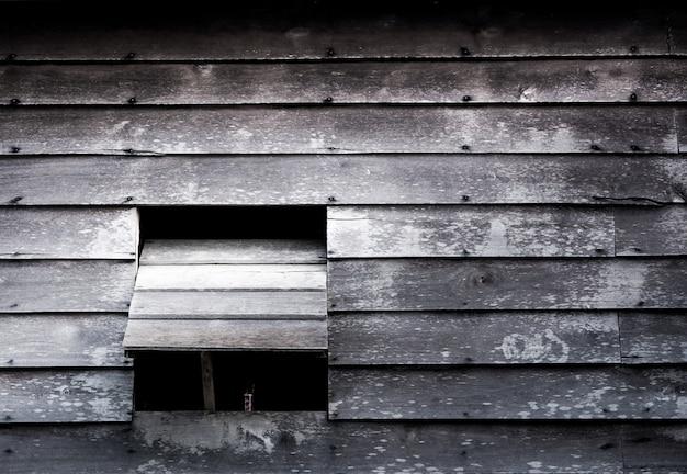 Les fenêtres de la vieille maison en bois