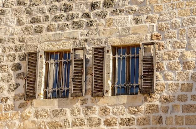 Fenêtres avec des volets dans la vieille ville de jérusalem israël