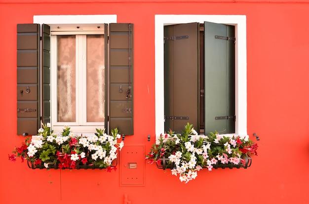 Fenêtres avec volets sur l'île de burano venise italie
