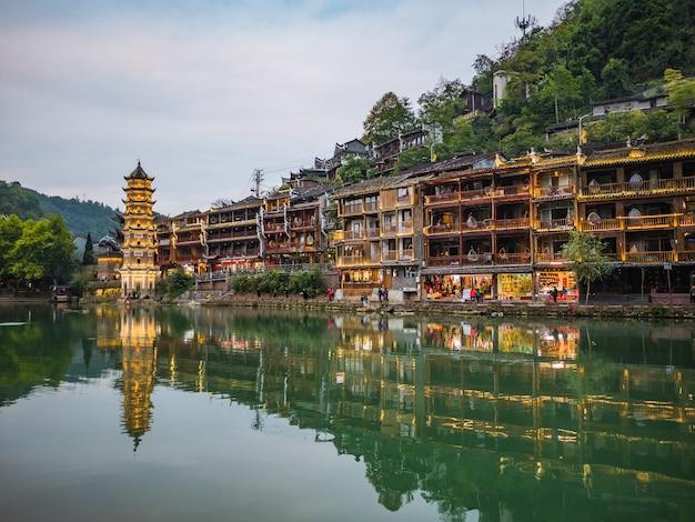 Fenghuang, hunan / chinascenery view of fenghuang old town .phoenix ancienne ville ou comté de fenghuang est un comté de la province du hunan, chine