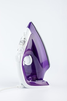 Fer violet sur fond blanc