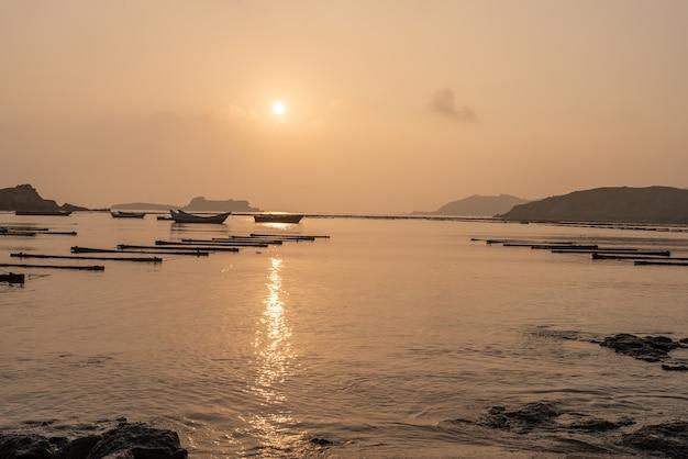 La ferme d'algues marines au lever du soleil est dorée