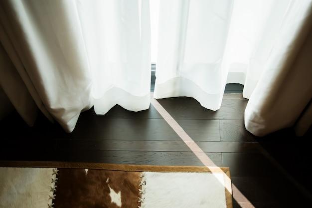 Fermé le beau rideau dans le concept de chambre confortable à la lumière du jour