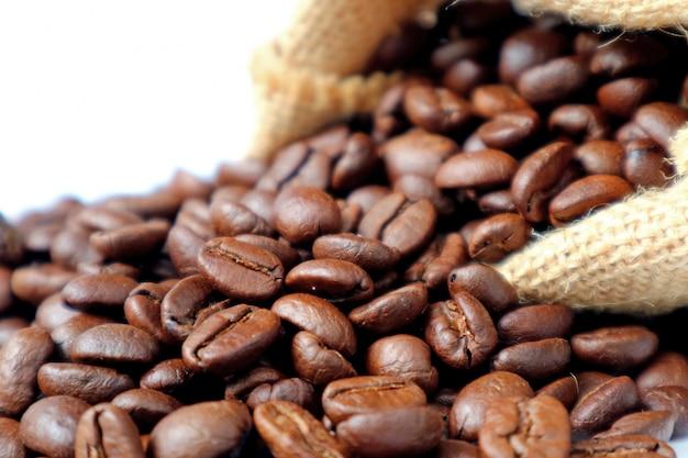 Fermé, café, torréfaction, dispersé, sac, toile jute, fond blanc
