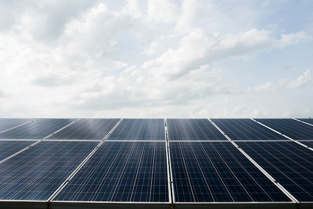 Ferme de cellules solaires dans une centrale électrique pour une énergie alternative du soleil