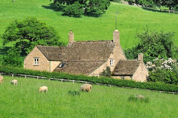 Ferme dans la campagne anglaise des cotswolds
