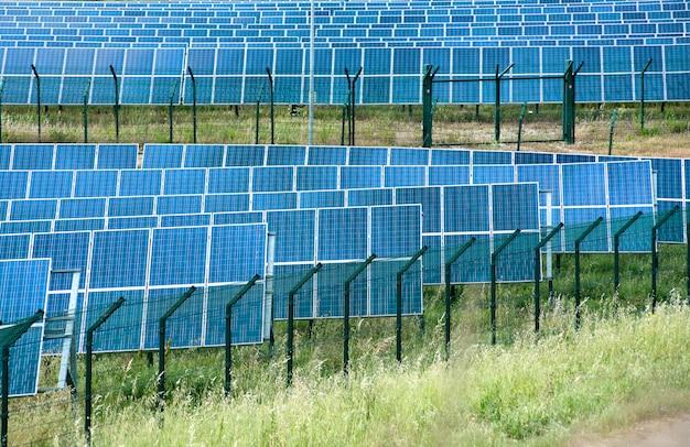 Ferme à énergie solaire avec panneaux photovoltaïques