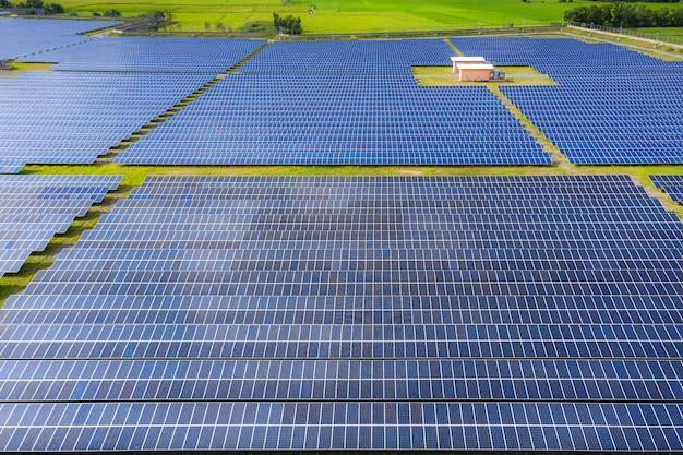 Ferme à énergie solaire produisant de l'énergie renouvelable propre à partir du soleil