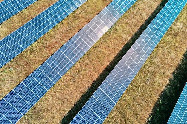 Ferme de panneaux solaires sur le terrain