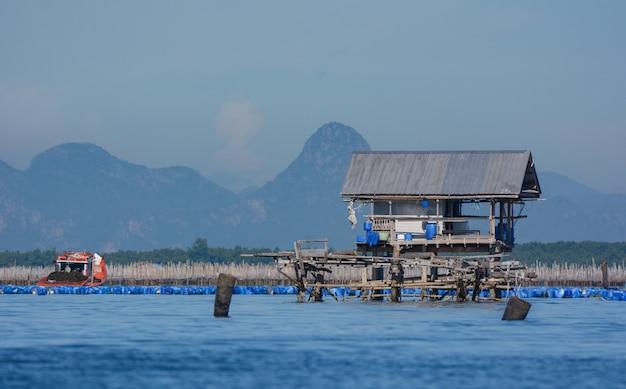 Ferme de pêcheur dans le golfe de thaïlande.