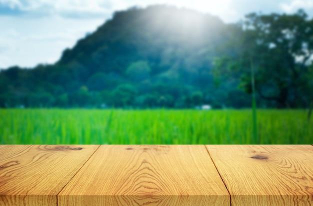 Ferme de rizière verte et rayons de soleil fond nature avec affichage de produits de table en bois