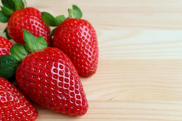 Fermé, tas, fraise, frais, fraise mûre, rouge vibrant, isolé, sur, table bois, à, f