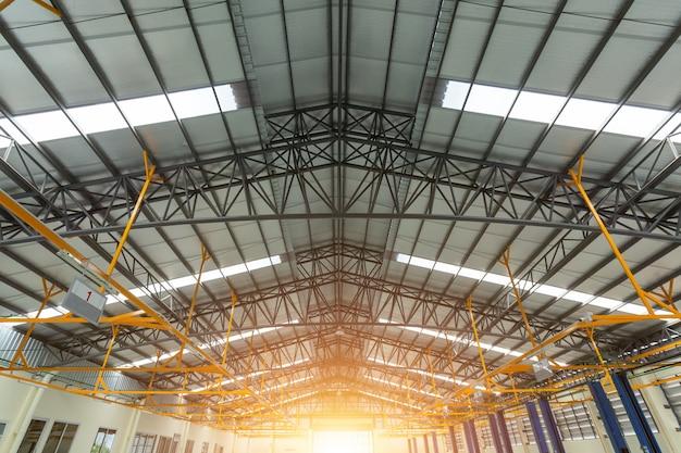 Ferme de toit en acier dans un centre de réparation automobile