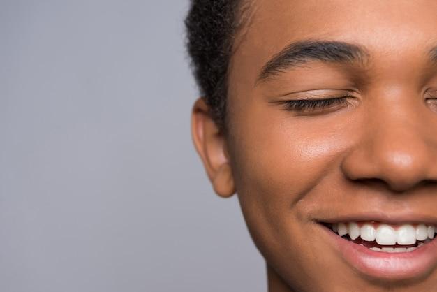 Fermer. adolescent afro-américain couvre la bouche