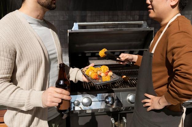 Fermer les amis avec barbecue
