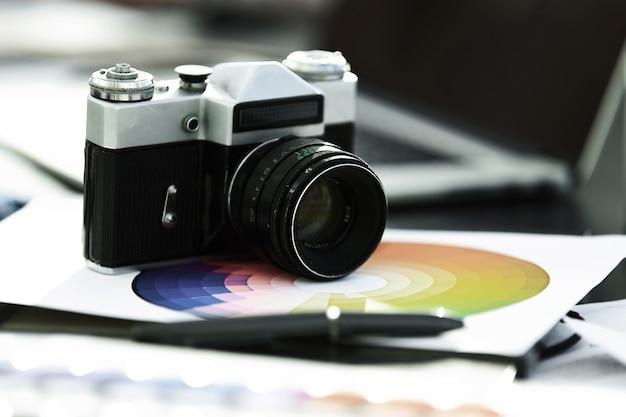 Fermer. appareil photo sur la table chez le designer.