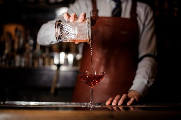 Fermer, barman, verser, cocktail, verre fantaisie