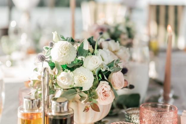 Fermer. beau bouquet sur la table de mariage