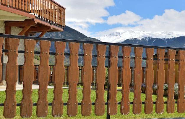 Fermer sur la clôture en bois d'un chalet alpin en montagne