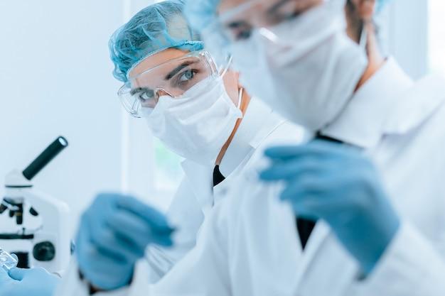 Fermer. les collègues médicaux travaillent dans le laboratoire. photo avec copie-espace.
