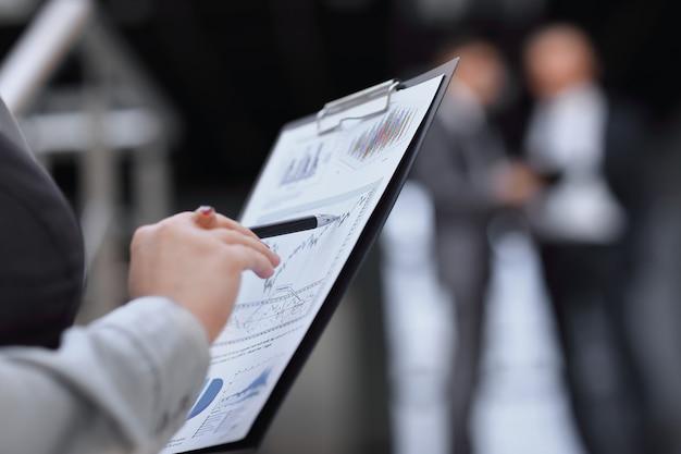 Fermer. comptable vérifiant le rapport financier. concept d'entreprise