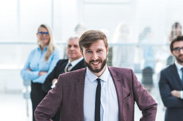 Fermer. confiant jeune entrepreneur debout dans un bureau de la banque
