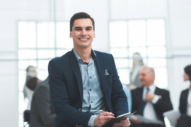 Fermer. consultant financier étudiant un document commercial. travailler avec des documents