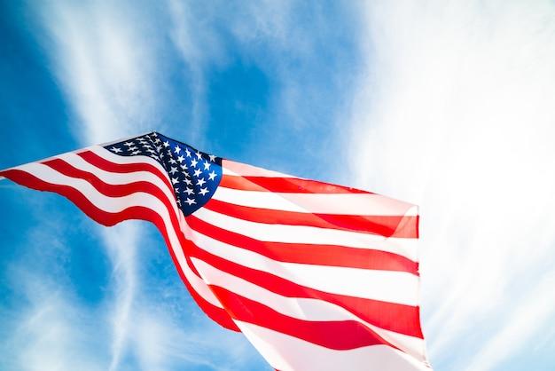 Fermer le drapeau des états-unis d'amérique sur le fond de ciel bleu.