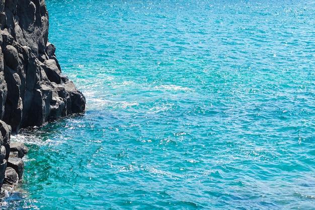 Fermer l'eau cristalline à la plage