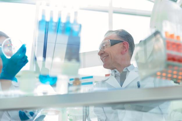 Fermer. employés d'un laboratoire scientifique testant un nouveau vaccin . photo avec un espace de copie.