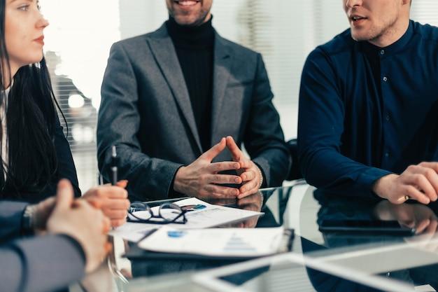 Fermer . les employés partagent leurs idées les uns avec les autres. travail en équipe