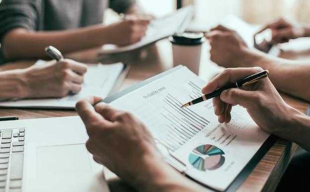 Fermer. les employés travaillent avec divers documents financiers. concept d'entreprise.
