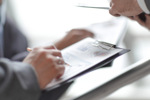 Fermer. équipe commerciale analysant les calendriers financiers