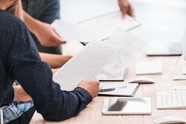 Fermer. équipe commerciale discutant des calendriers financiers. concept d'entreprise