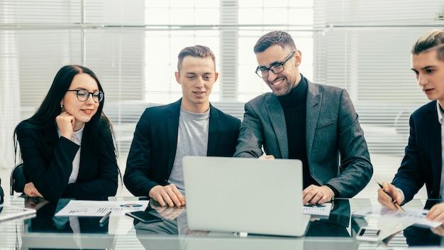 Fermer. équipe commerciale discutant des documents financiers
