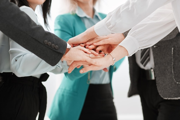 Fermer. équipe commerciale montrant leur unité. le concept de travail d'équipe