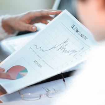 Fermer. équipe commerciale travaillant avec des documents financiers sur le lieu de travail au bureau