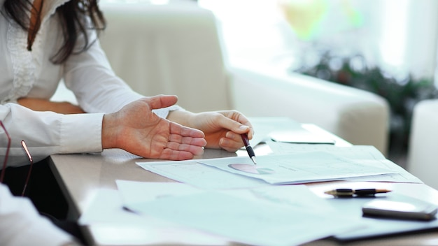 Fermer. équipe commerciale travaillant avec des documents financiers. travail en équipe